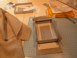 上箱と下箱ができたので生地を貼利ます。余分な生地を内側に折り込んで処理をします。