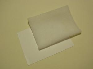 ケント紙にキルト芯を貼ります。