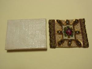 キルト芯を貼った上に刺繍をした生地を被せたら、上蓋にボンドを塗って固定します。