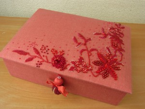 カギ型にお花の模様を刺しています。刺繍が完成したので箱に仕立てました。とっても素敵です。