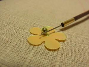 針を横にして輪をビーズに這わせるようにして被せます。
