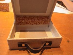 上蓋と下の箱をつなぎ合わせて生地を貼っています。