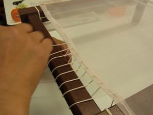 四角い木枠に、タコ糸を使ってオーガンジーを張っていきます。