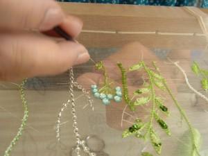 レーヨン糸、1本取りで葉をサテンステッチしています。