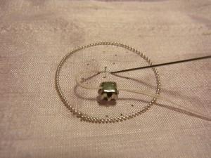 クリスタルを通した針を、印のところに落とします。