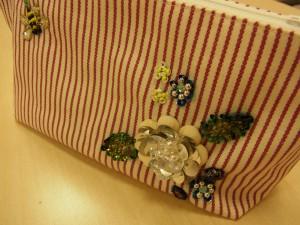 ポーチの右下に刺してあるお花です。生地の中に綿を入れた花びらが、ふっくらしていて可愛いです。