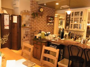 cafeの店内です。シックな感じで中央におおきなテーブルがあります。