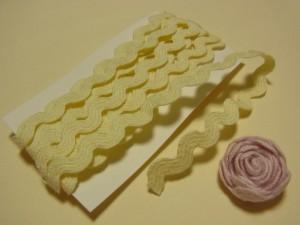 波型になっている紐です。くるくる巻いてお花を作っていきます。