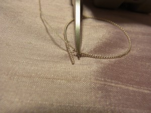 刺し始めの先端部分の、余分なワイヤーをカットします。