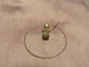 最初の糸が出ているところに、再び針を出してもう一度パールにくぐらせます。