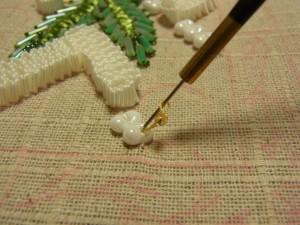 糸が出ている、すぐ横に針を落とします。