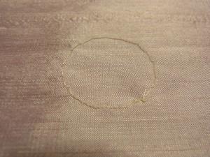 生地の裏面は、ワイヤーをコーチングした糸が円形になっています。