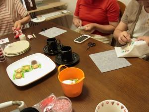 ティータイムを楽しんだ後も、3名様でビーズ刺繍を刺しています。