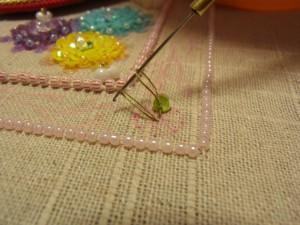 糸が出ているすぐ横に、針を落とし糸を引き上げます。輪が2つ出来ています。