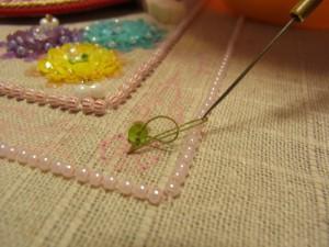 左手で糸を押さえながら、最初の糸の輪にくぐらせます。