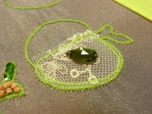 チュールの上に、種に見立てた雫型のクリスタルを刺します。