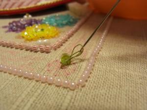 最初の糸の輪に針を掛け変えます。