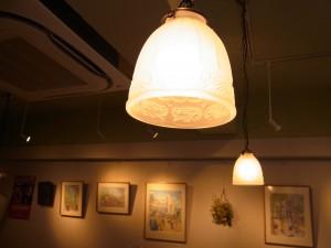 照明の傘です。釣鐘状で白いすりガラスになっています。