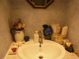 手を洗う横に、3羽のアヒル達が飾ってあります。