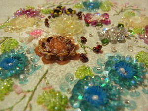 スパンコール、モール、リボン刺繍などを使って刺した、お花の刺繍が完成しました。
