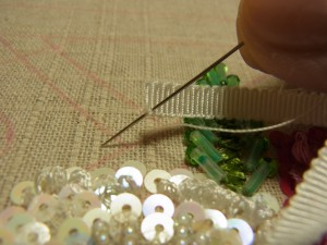 リボンの先端の下部に針を通します。