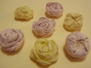 波うった形のリボンを巻いて作ったお花です。バラのように咲いています。