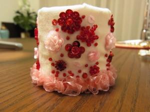 刺繍が完成した生地を、筒上の陶器の入れ物に被せてあります。