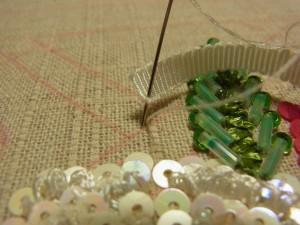 糸が出ているすぐ横に針を落とします。