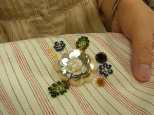 大きなふっくらしたお花の周りに、スパンコールの小花が刺してあります。