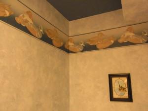 鴨の模様の壁紙が天井の上部分に貼ってあります。