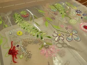 糸刺繍が練習の課題です。葉のサテンステッチも隙間がなく、綺麗に糸が並んでいます。様々なお花が刺してあります。