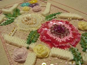 刺繍全体です。大きはお花と葉っぱの周りに、小花とグログランリボンで立体的に刺した直線模様があります。