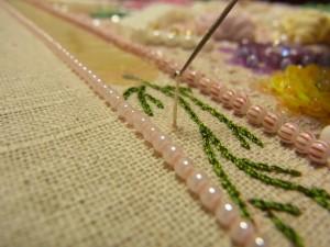 刺す印の所から糸を引き上げます。