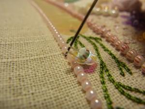 糸を引き上げたので、2本の糸が針にかかっています。
