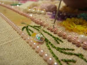 引き上げた糸を、最初の糸にくぐらせます。