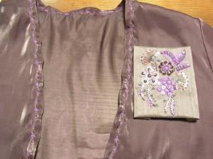 ボレロの胸にビーズ刺繍をするサンプルです。スパンコールとビーズで4種類のお花を刺しています。葉の部分は竹ビーズを斜めに刺しています。
