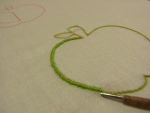 りんごの形に刺した上に、細かくジグザグをします。