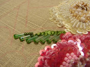 葉を刺す時は、針を外側から内側に斜めに刺していきます。