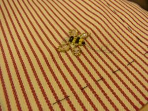 蜂の縁取りは、金糸4本取りでアウトラインステッチをしています