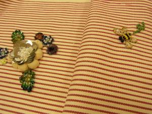 5枚の花びらがふっくらしたお花と、蜂がいます。