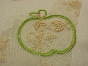 りんごの形の上に、チュールが縫い止めてあります。