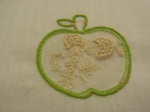 チュールをりんごの形にカットします。