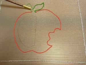 葉っぱが付いたりんご全体を刺しています(チェーンステッチ)。