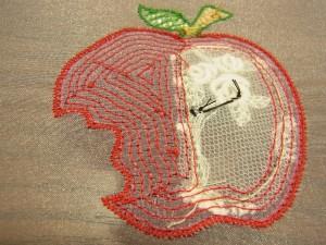 刺し上がったりんごの裏面です。糸が線状につらなっています。