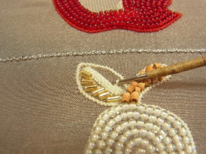 葉の半分、縦方向に糸刺繍をします。