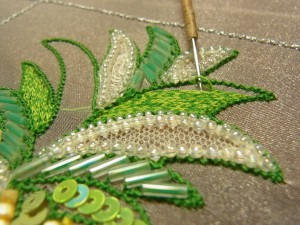 2枚の葉に2本糸で刺繍をしています。