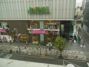 新宿校の窓から見た景色です。丸井ビルが見えています。