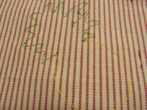 縫い止めた生地の裏面です。針の間隔がわかります。
