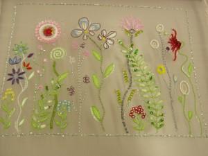 オーガンジーにレーヨン糸で糸刺繍がしてあります。様々なお花が刺してあります。
