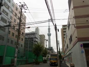 錦糸町校へ行く途中に、スカイツリーが見えます。大きい〜〜。